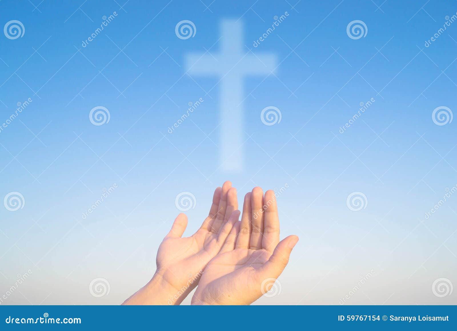 基督和信徒两个手和十字架