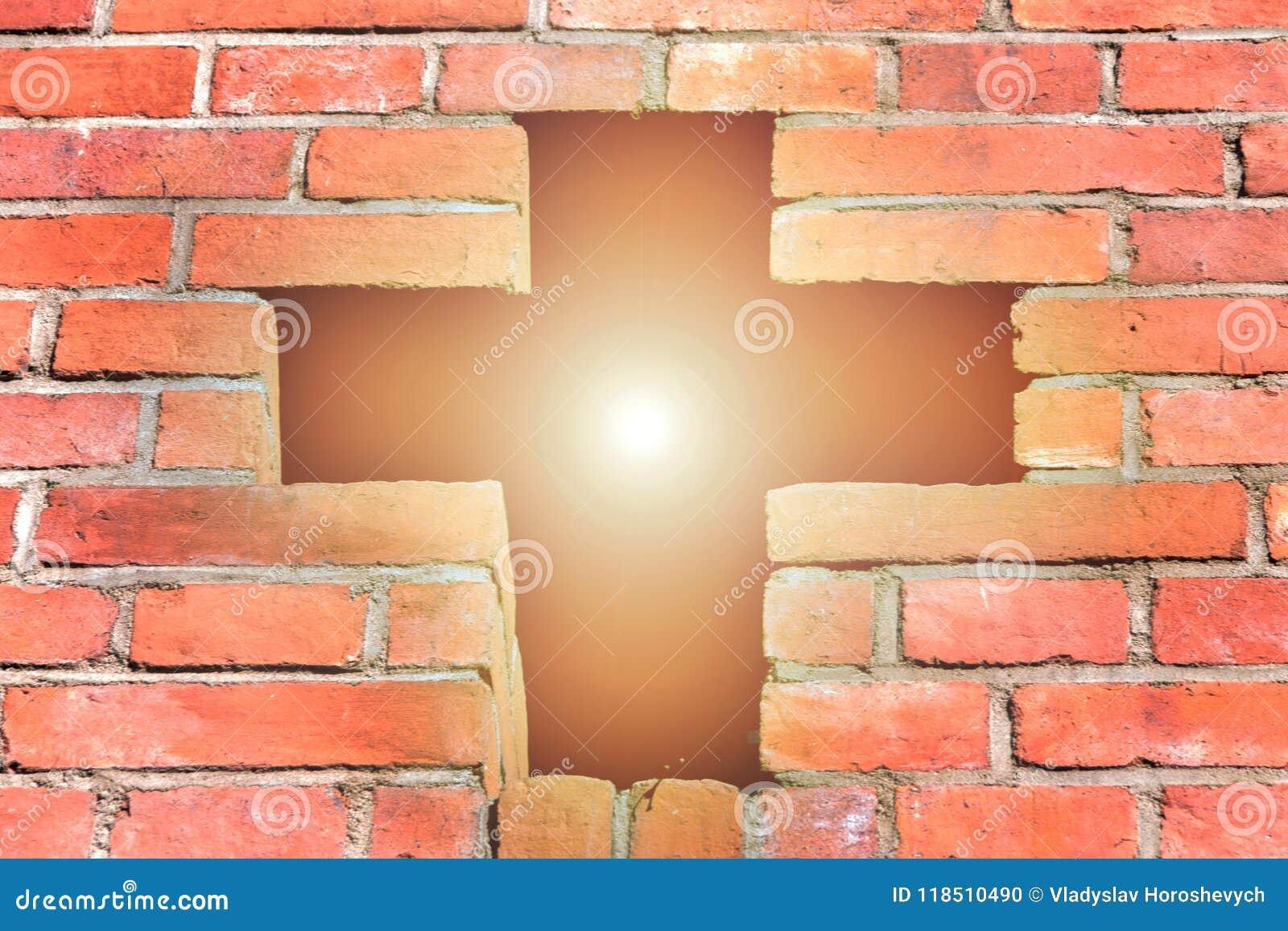 基督徒十字架由砖做成,一个明亮的十字架通过明亮的太阳,在上帝的信念是光亮的