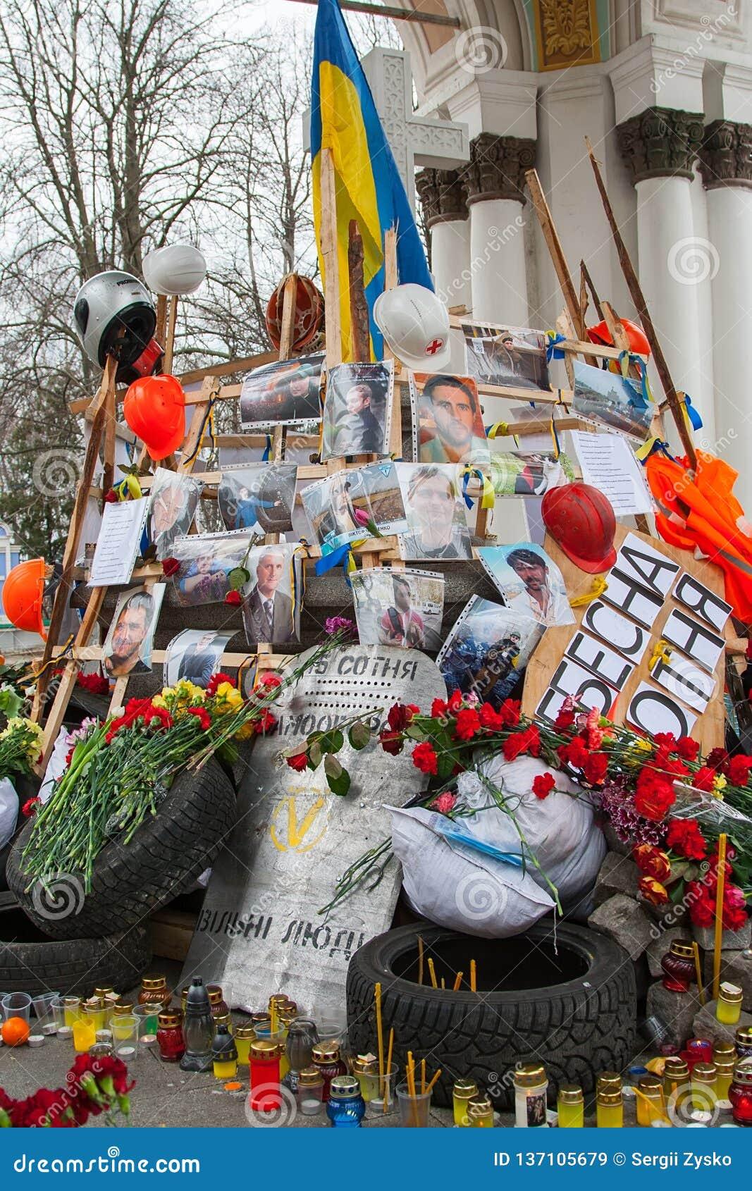 基辅乌克兰 2014年2月23日 城市的中央街道在猛冲的在EuroMaidan期间的护拦以后