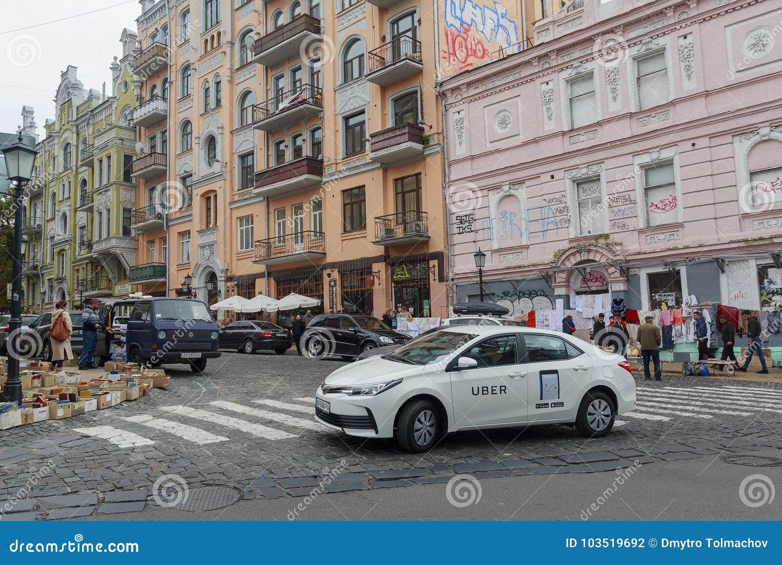 基辅,乌克兰- 2017年10月01日, :在Andreevsky Uzvizh的出租汽车服务