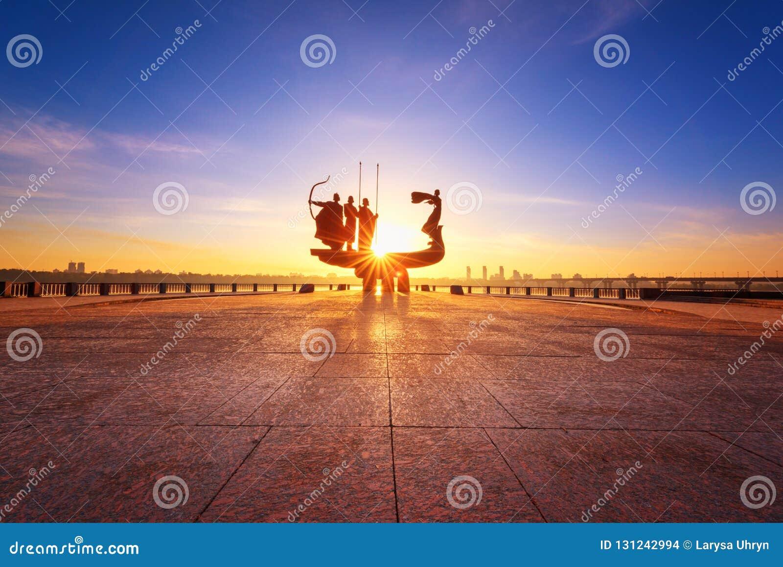 基辅,乌克兰- 2018年5月05日:对基辅基辅的创建者的纪念碑日出、广角看法与天空蔚蓝和黄色太阳的