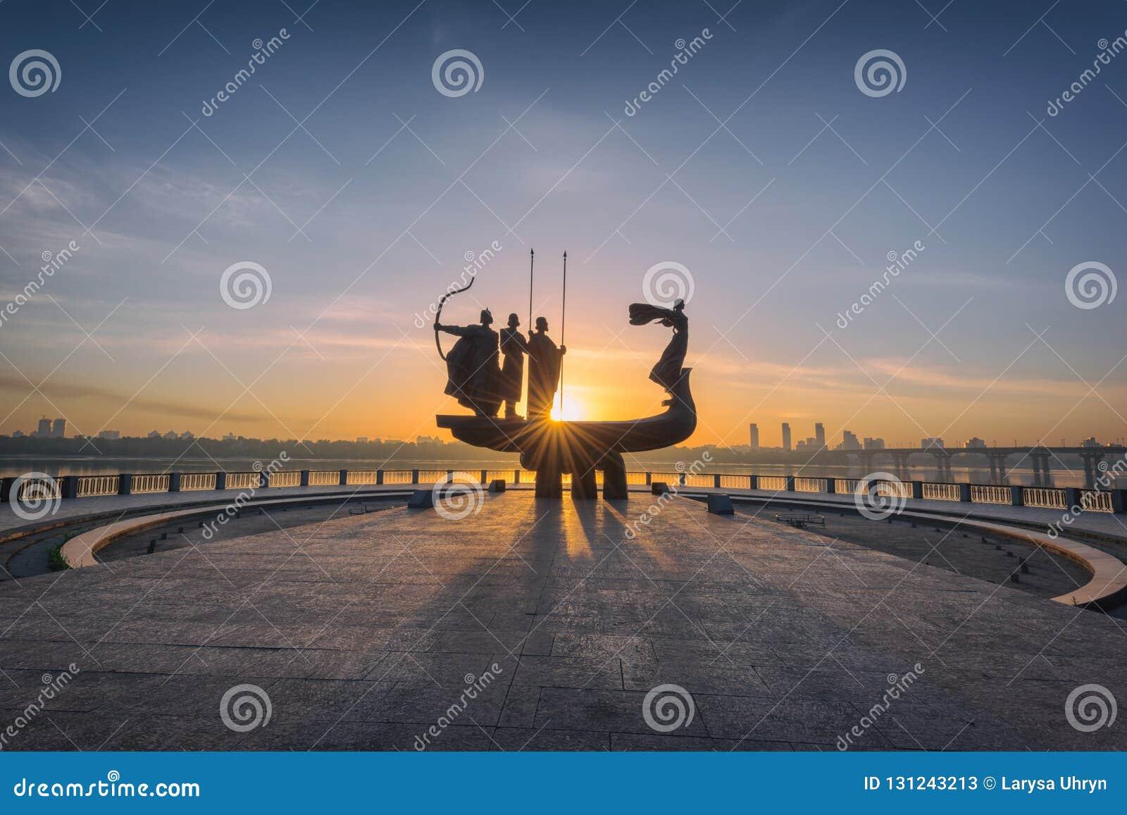 基辅,乌克兰- 2018年5月05日:对基辅基辅的创建者的纪念碑日出的,美好的都市风景在火热的阳光下
