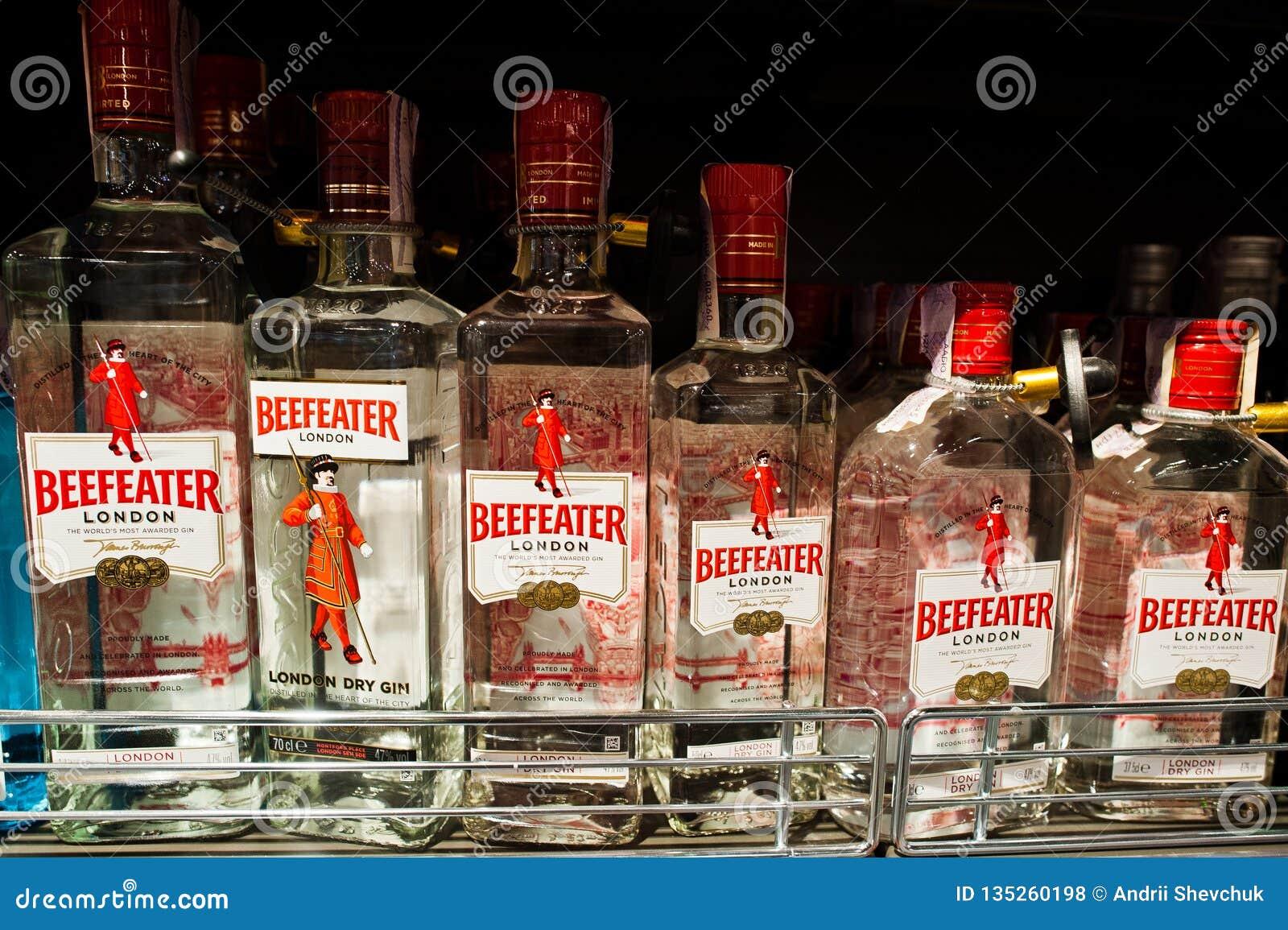 基辅,乌克兰- 2018年12月19日:瓶架子的英王卫士在超级市场 英王卫士杜松子酒是拥有的杜松子酒品牌