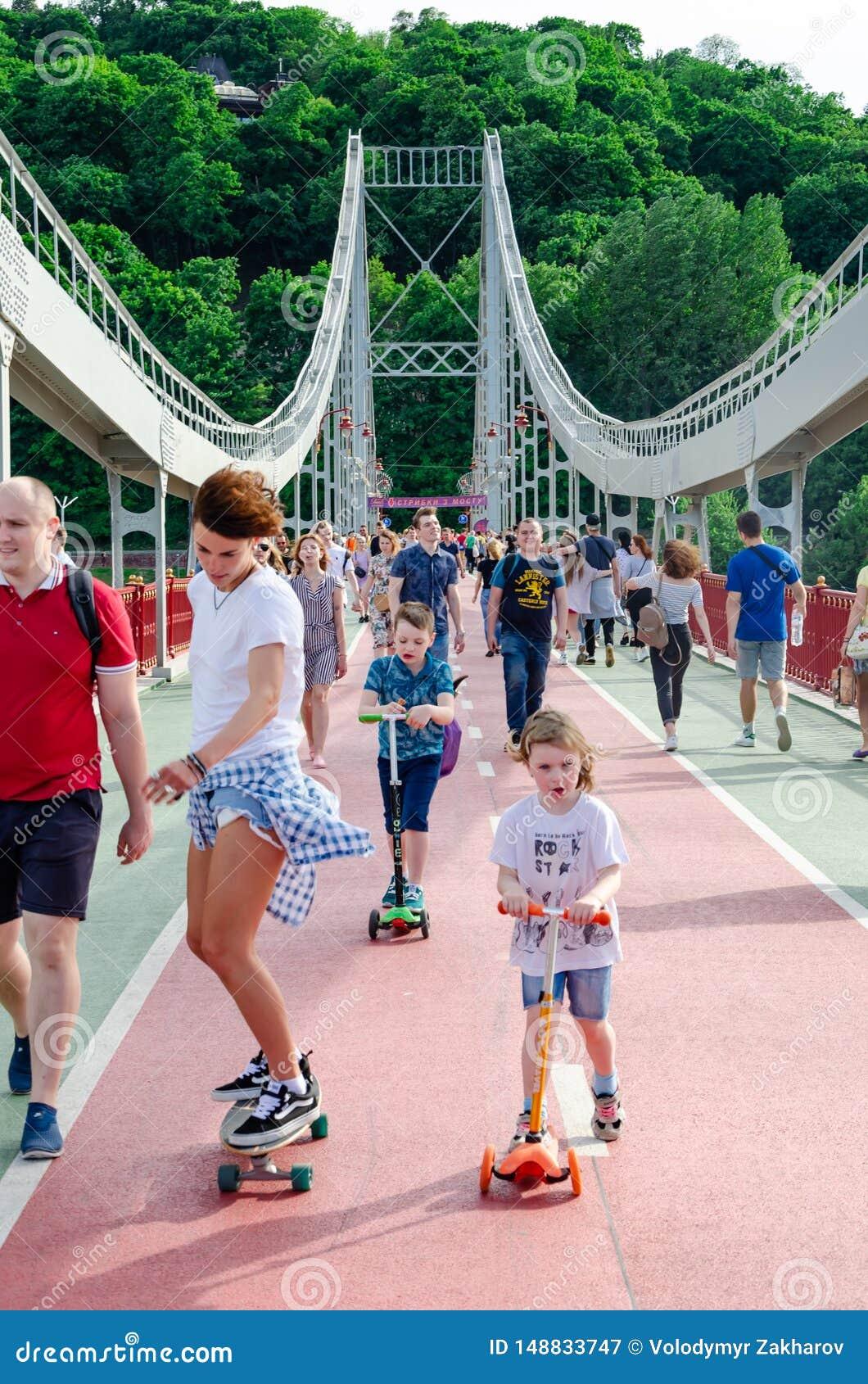 基辅,乌克兰- 2019年5月18日 在Dnipro河的公园桥梁 走沿步行桥的人们周末
