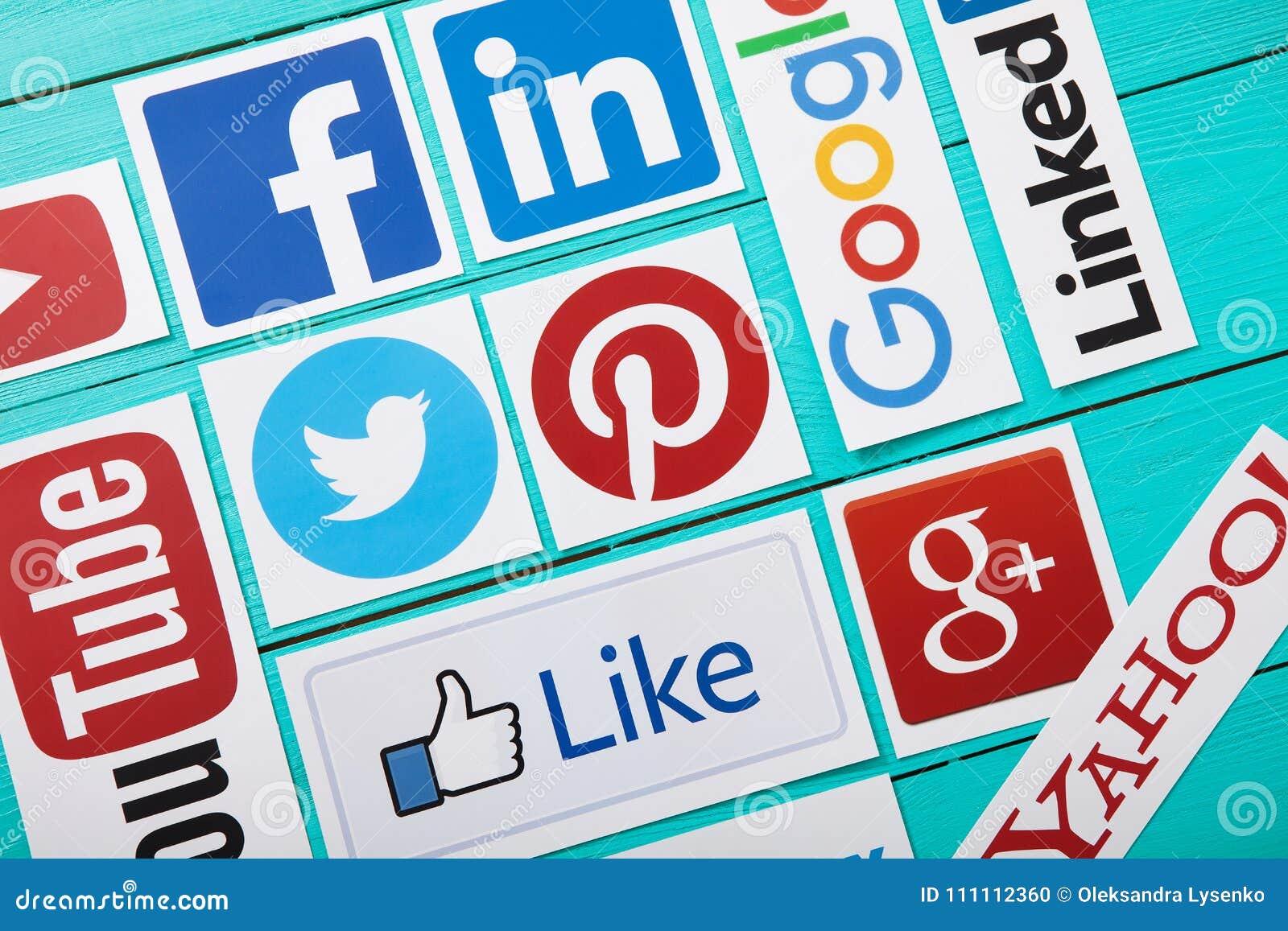 基辅,乌克兰- 2017年3月10日 普遍的社会媒介商标的汇集在纸打印了:YouTube, Facebook,慌张,谷歌加上