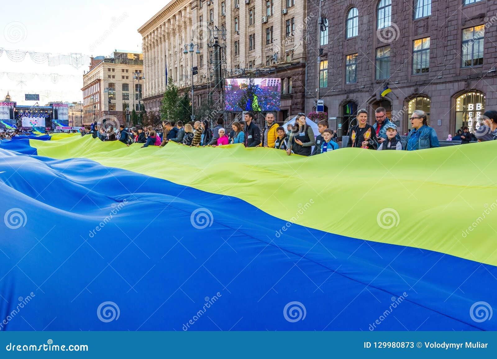 基辅 2018年9月 大乌克兰旗子在Khresc延长