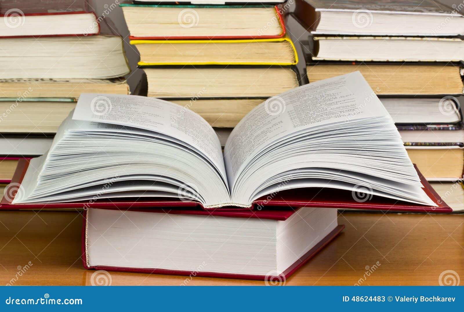 堆与图书馆的书后面的