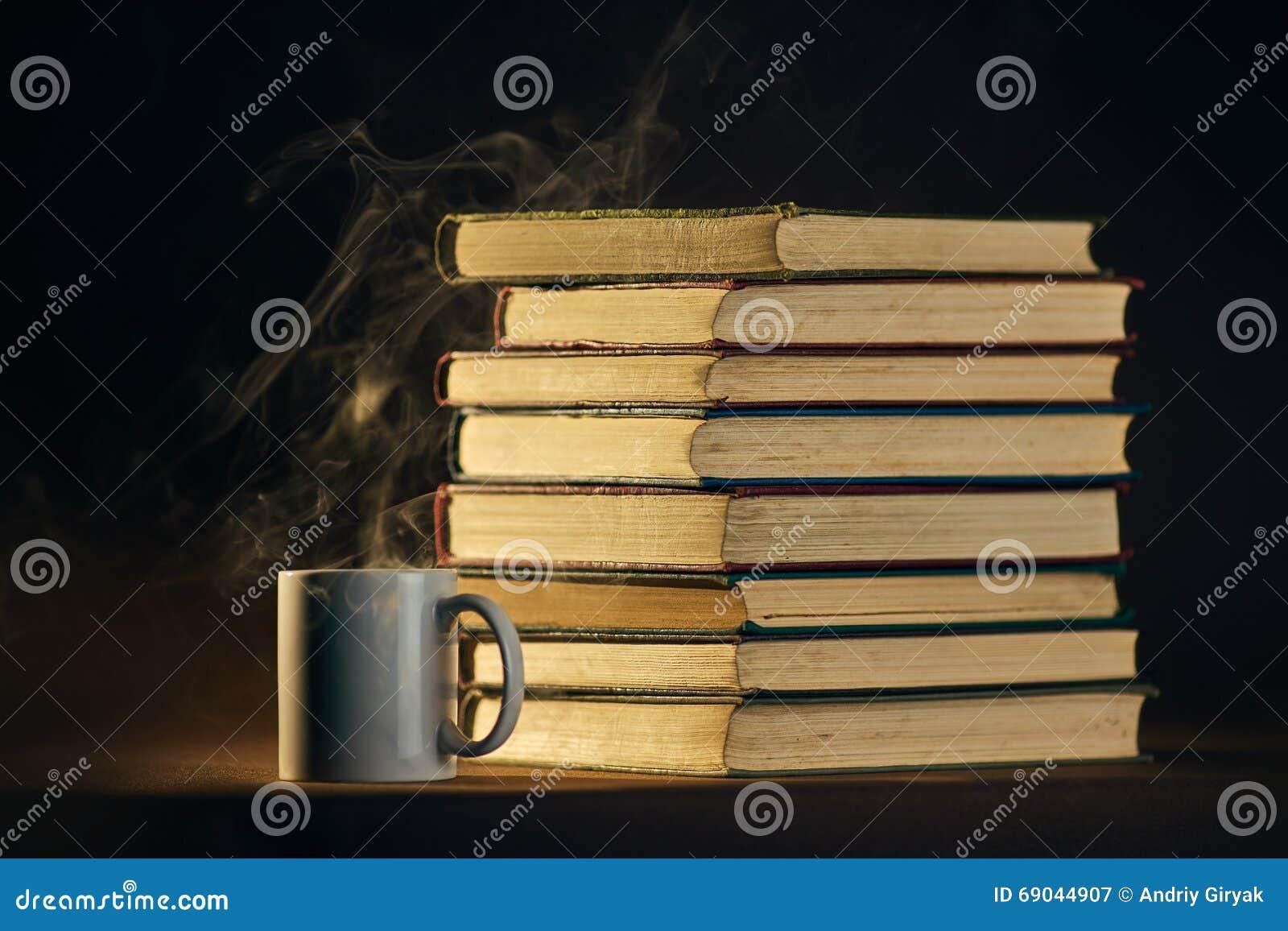 堆与杯子和匙子的书
