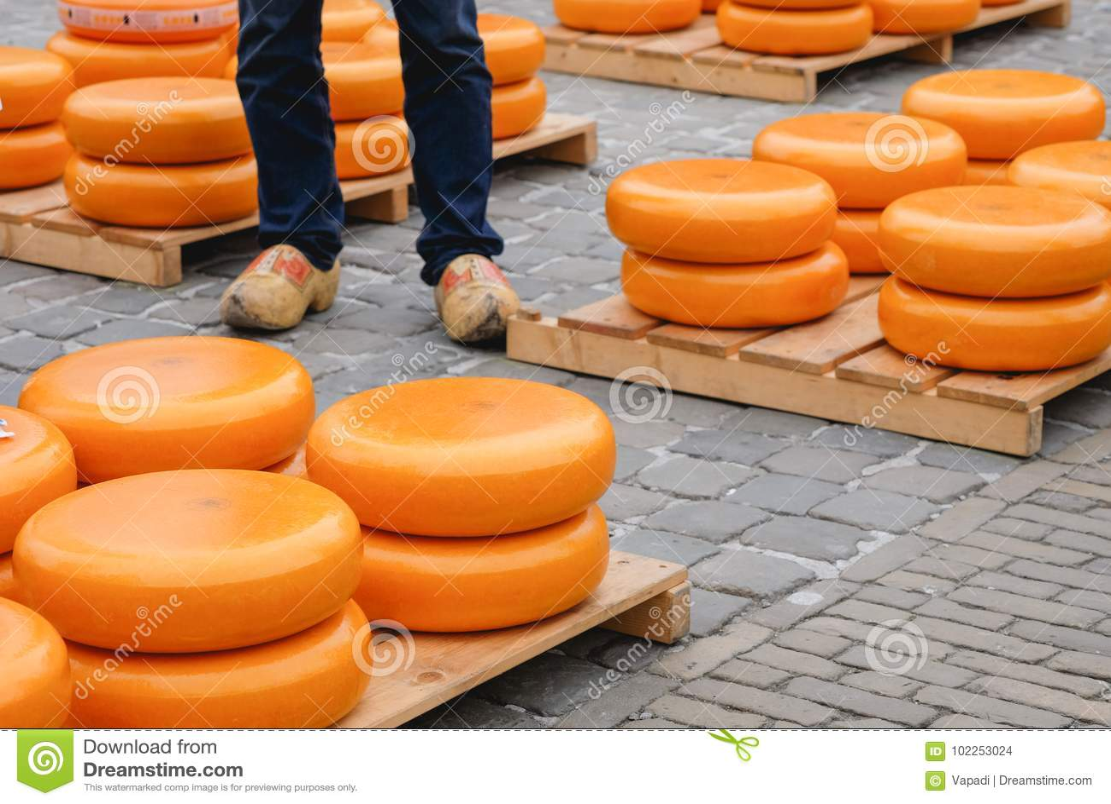 堆乳酪和传统荷兰鞋子在荷兰扁圆形干酪