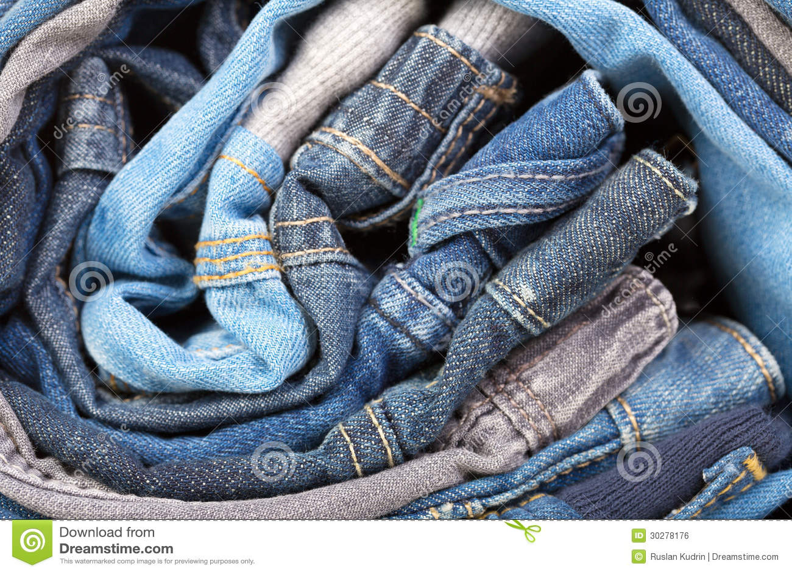 堆各种各样的牛仔裤