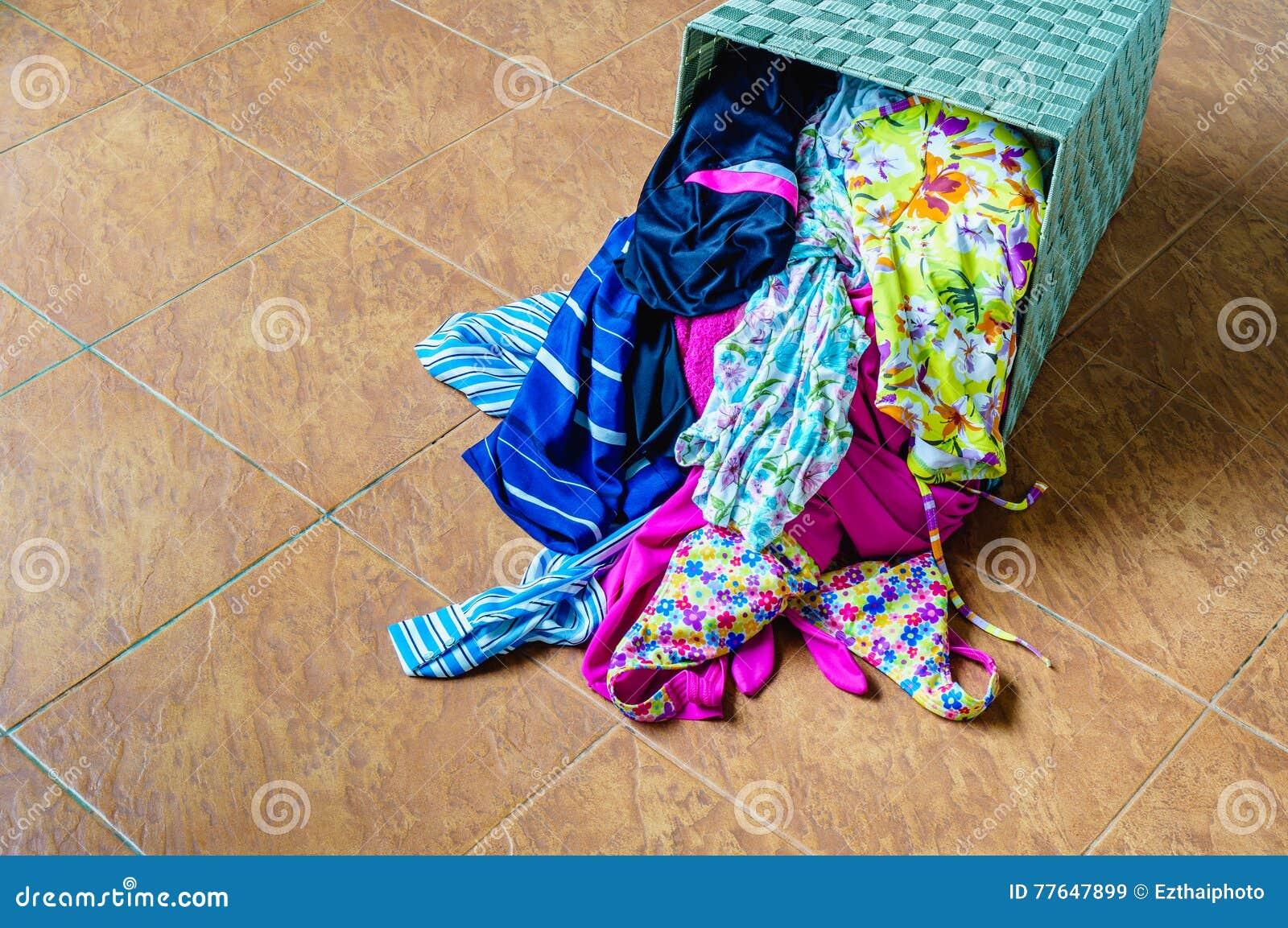 堆在一个洗涤的篮子的肮脏的衣裳