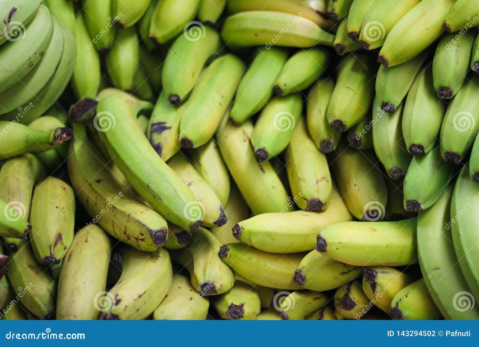 堆在农夫市场或商店上的绿色香蕉