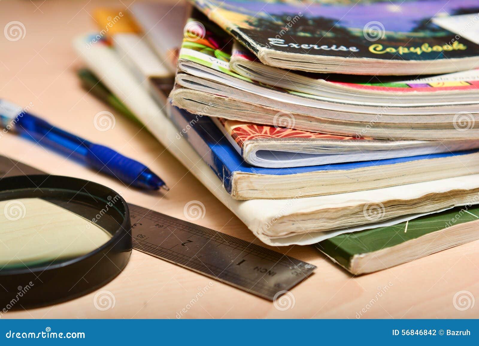 堆在学生桌上的老笔记本
