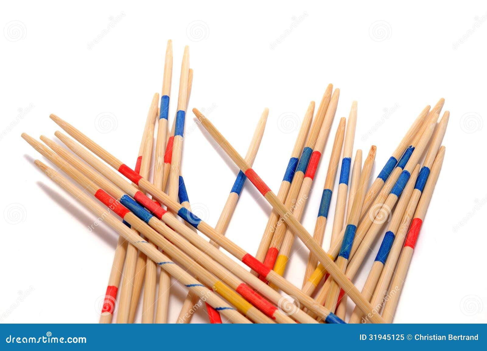 堆在白色背景的Mikado比赛木棍子。