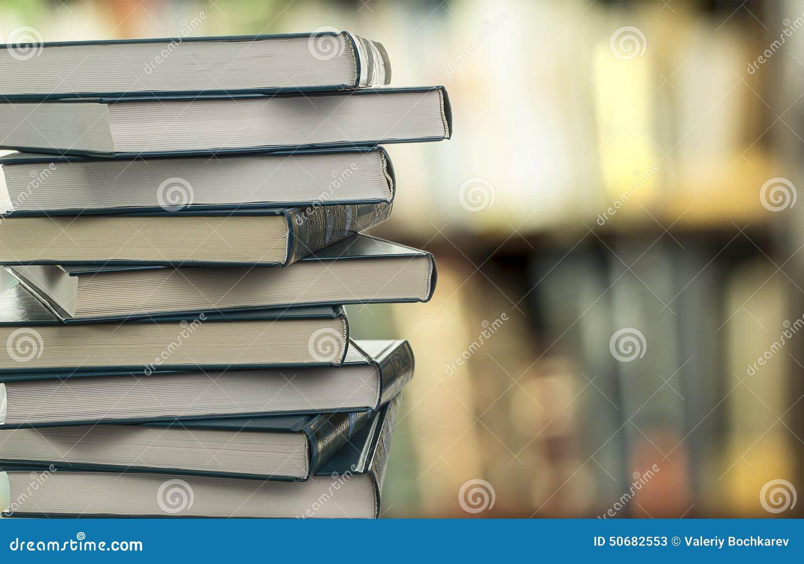 Download 堆在被弄脏的背景的书 库存图片. 图片 包括有 对象, 关闭, 知识, 了解, 钉书匠, 研究, 散开, 信息 - 50682553