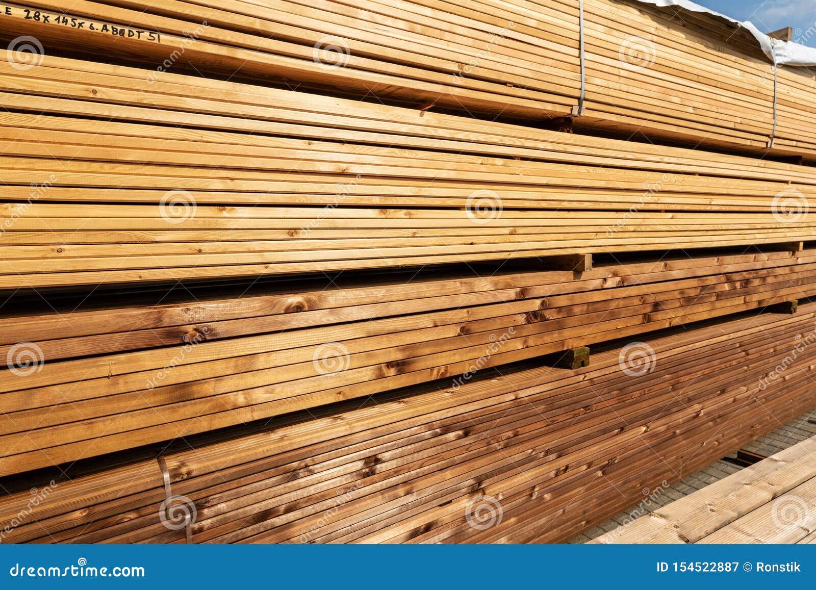 堆大阳台板在堆木场的待售