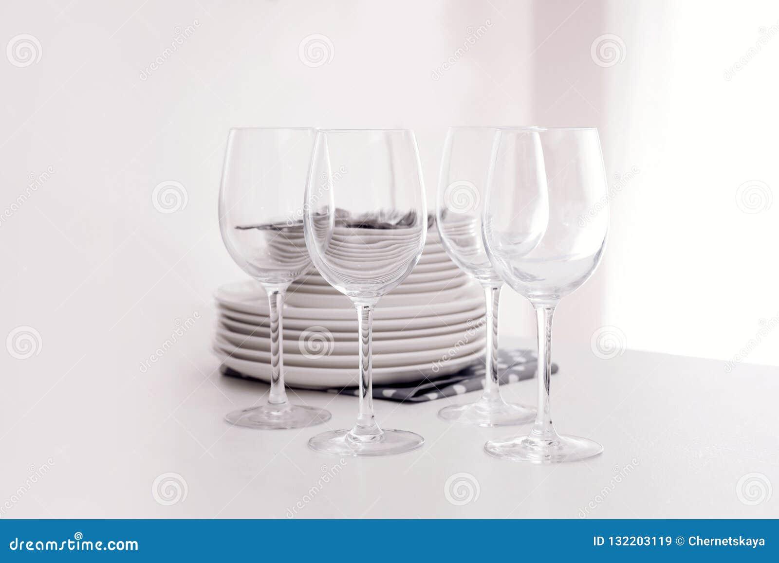 堆干净的盘和玻璃在桌上
