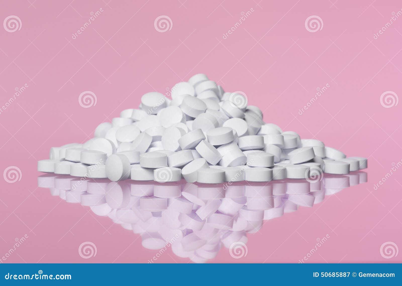 Download 堆往桃红色背景的药片 库存图片. 图片 包括有 喉片, 医疗, 空白, 片剂, 补充条款, 背包, 产品 - 50685887