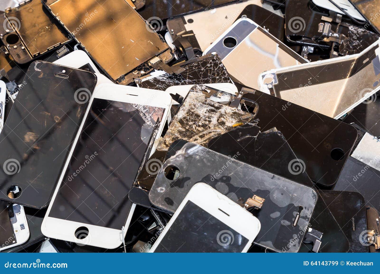 堆损坏的聪明的电话身体和破裂的LCD屏幕