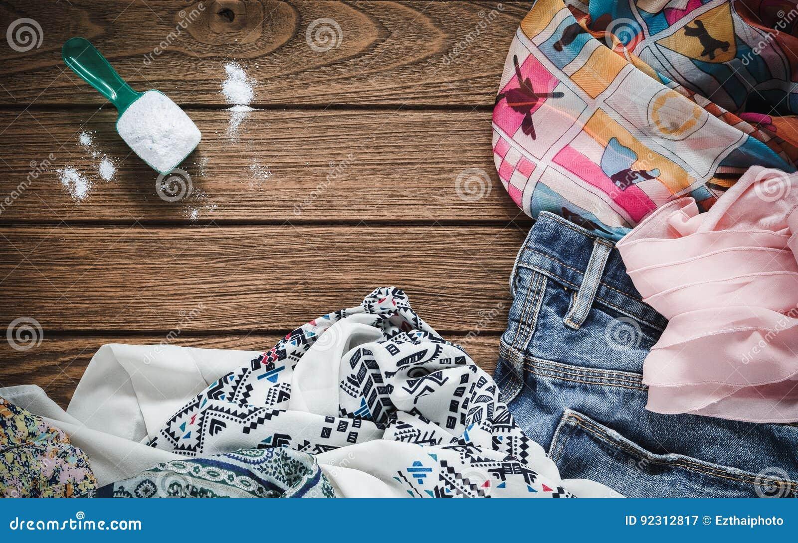 堆有洗涤剂和洗衣粉的衣裳