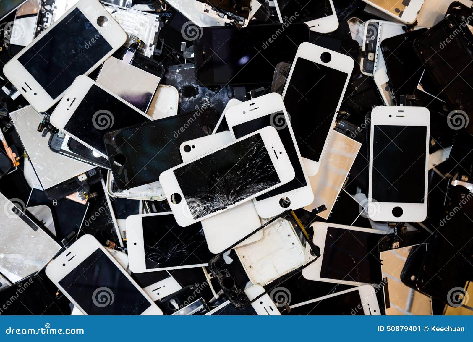 堆有破裂和损坏的LCD屏幕的巧妙的电话
