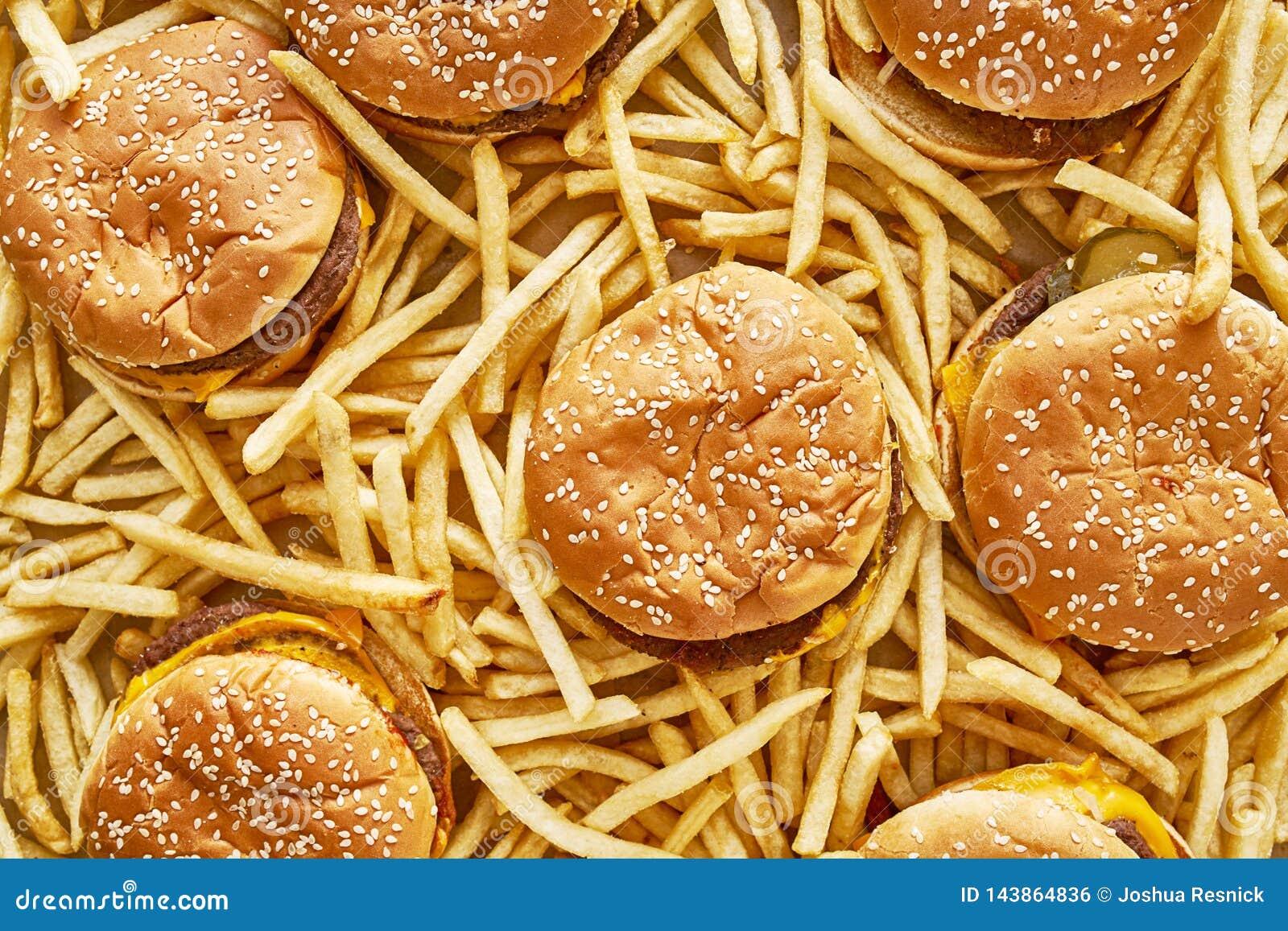 堆汉堡和油炸物在平的被放置的构成
