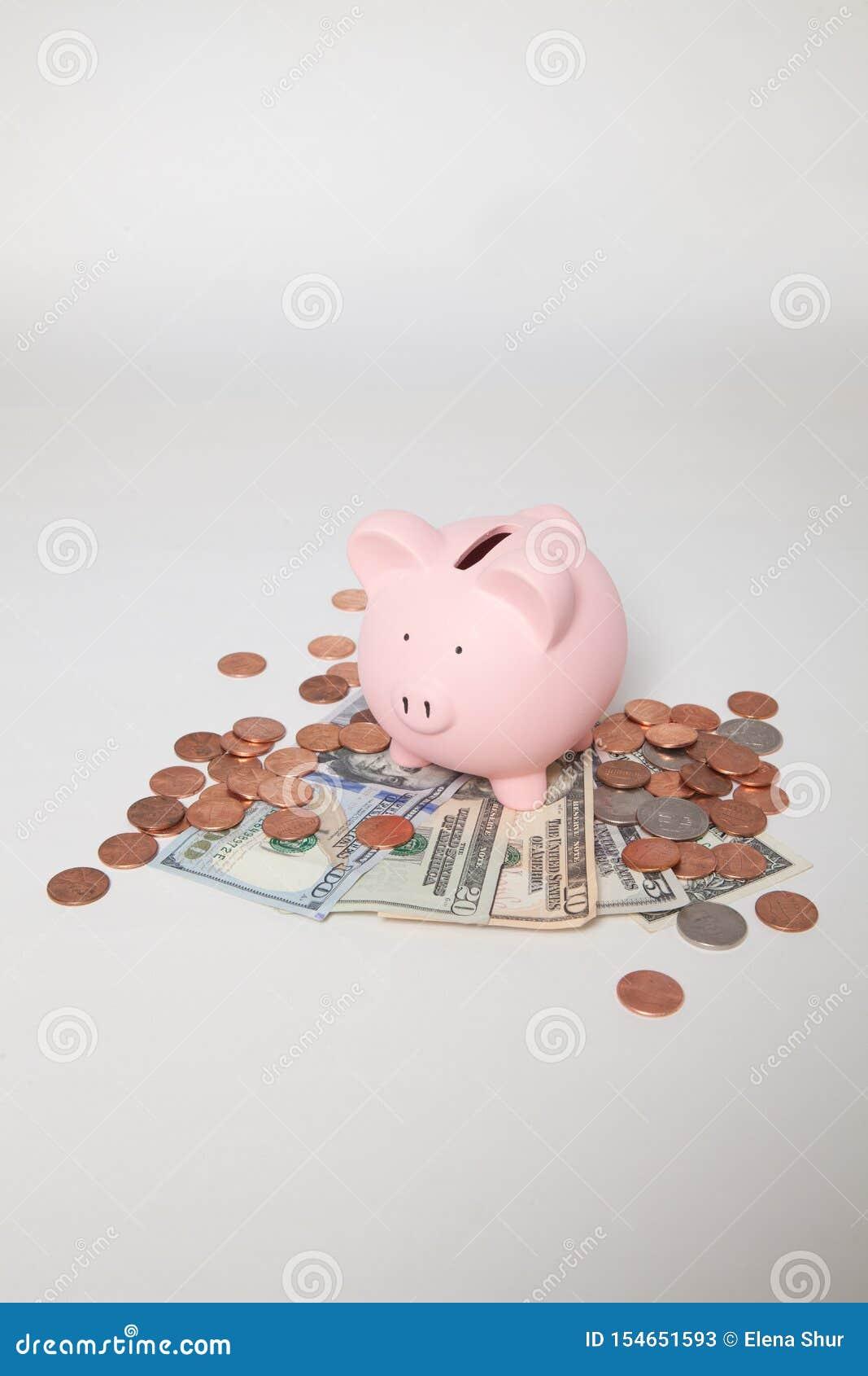堆的存钱罐票据和硬币