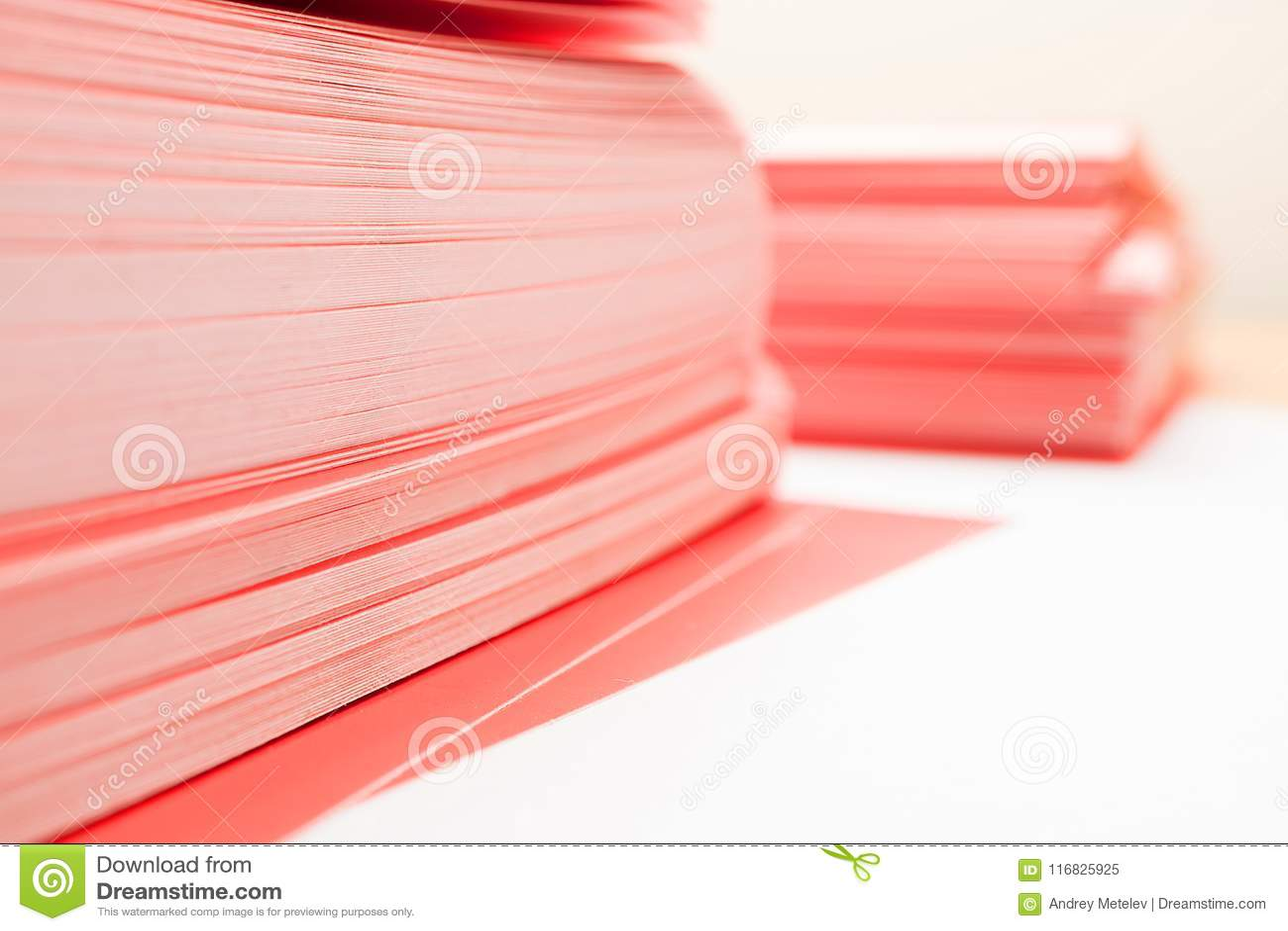 堆的角落在桌上的红色纸,两堆密集的纸