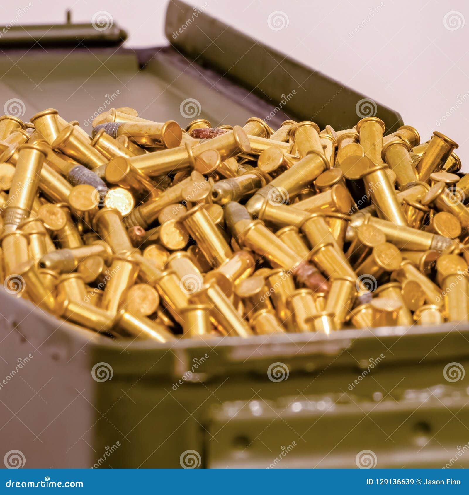 堆积与一些发光的弹药的金属容器