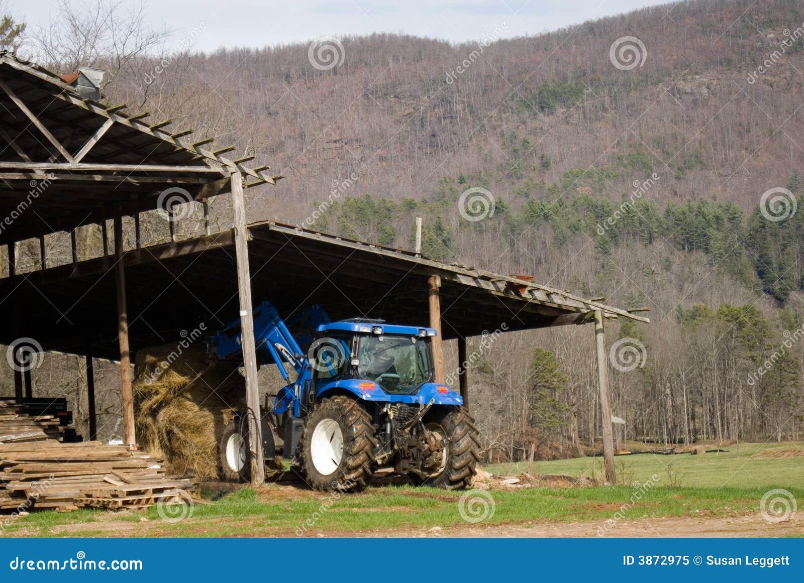 堆积拖拉机的谷仓干草