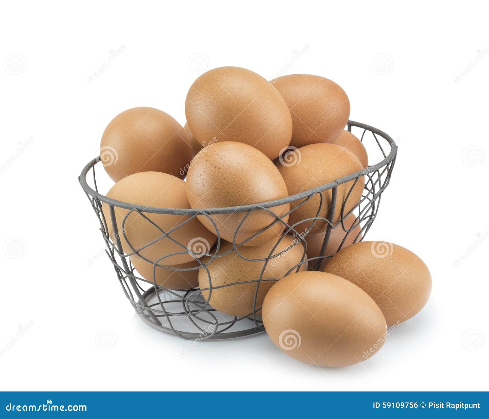 堆积新鲜的鸡蛋焦点在弯曲的钢篮子的