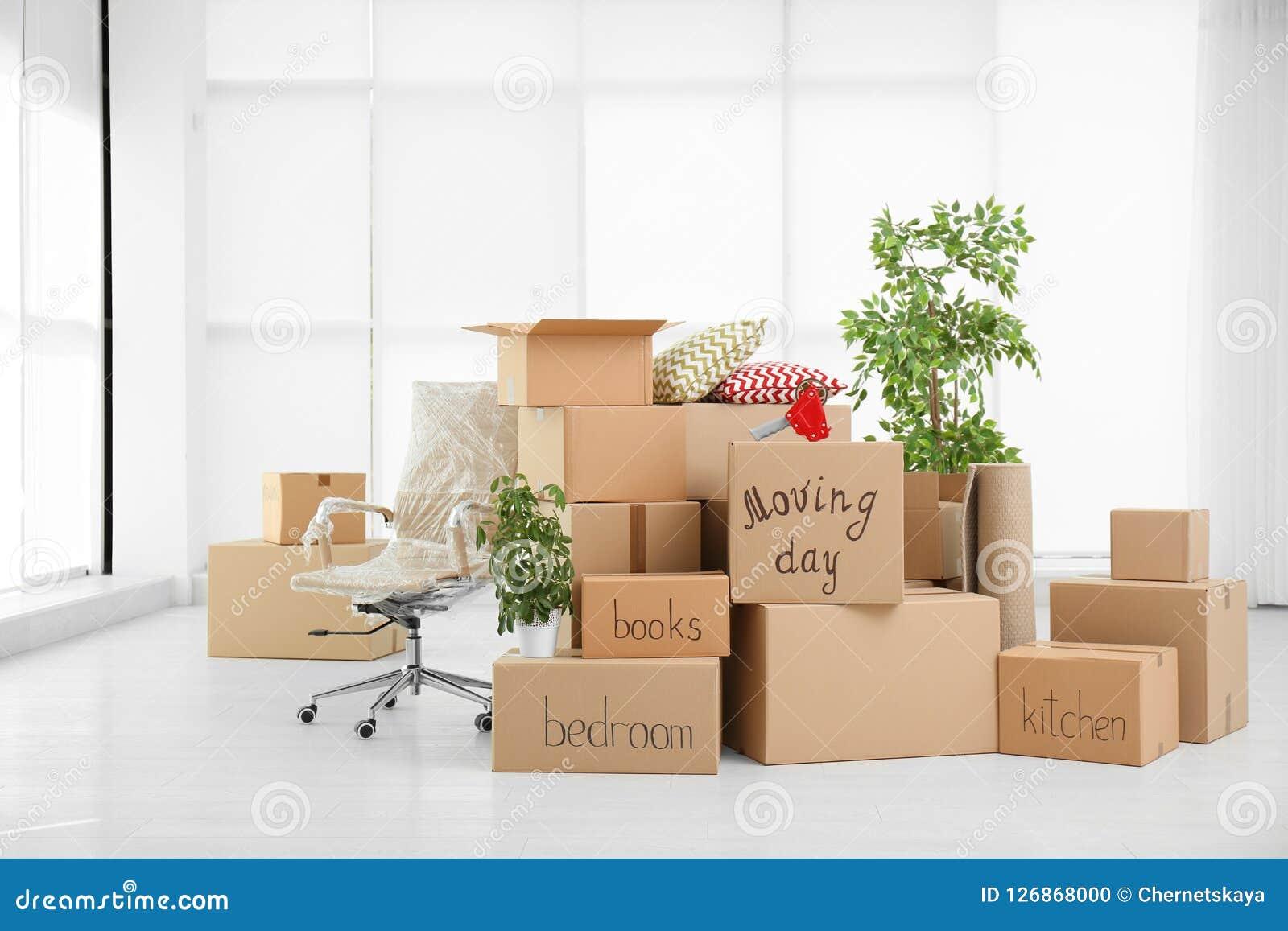 堆移动的箱子在屋子里
