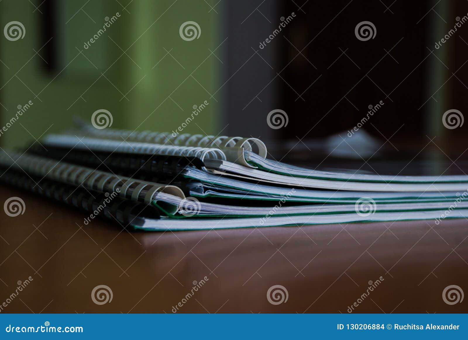 堆笔记本和指南每天工作的