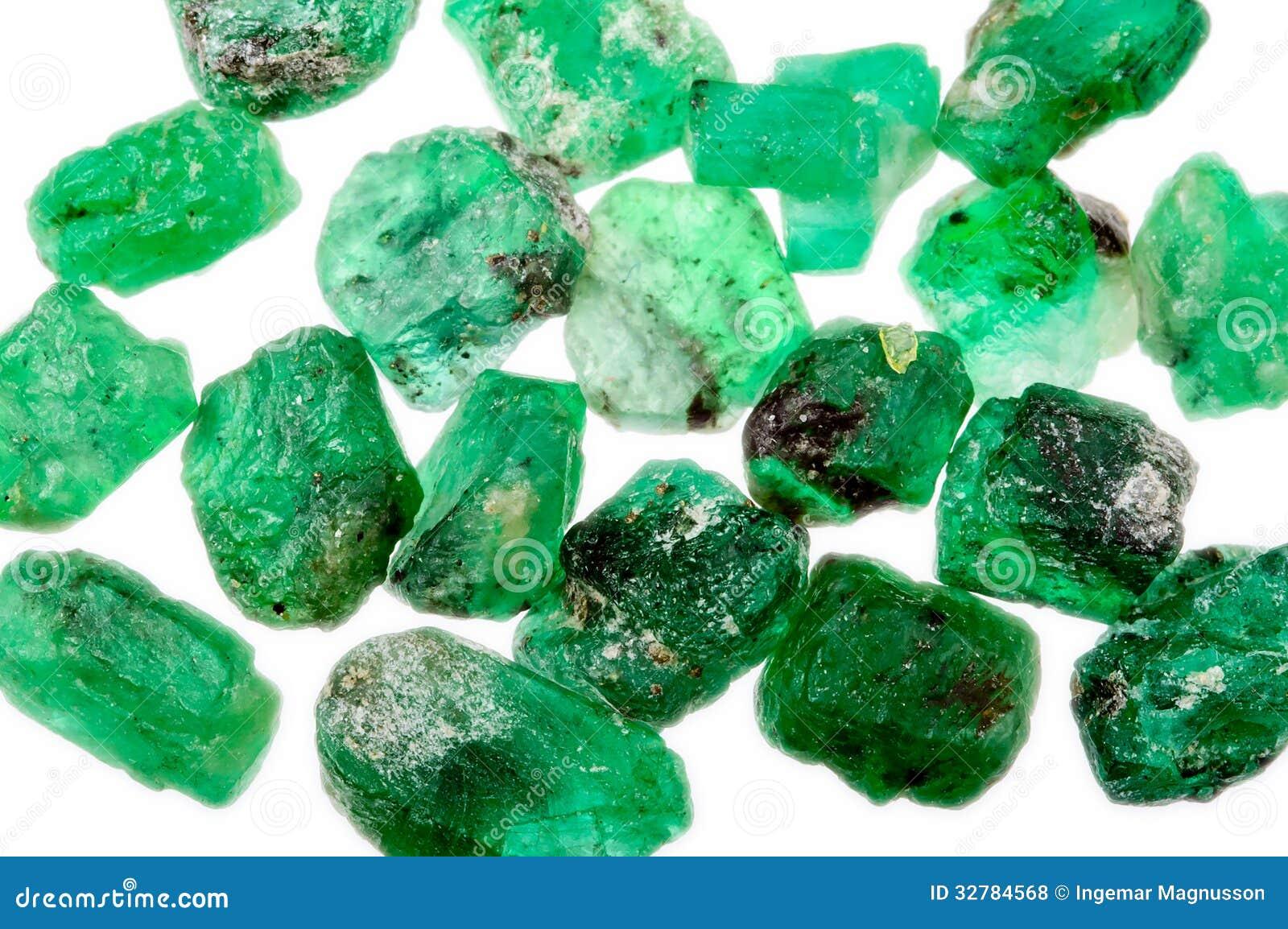 堆粗砺的未割减的绿色绿宝石