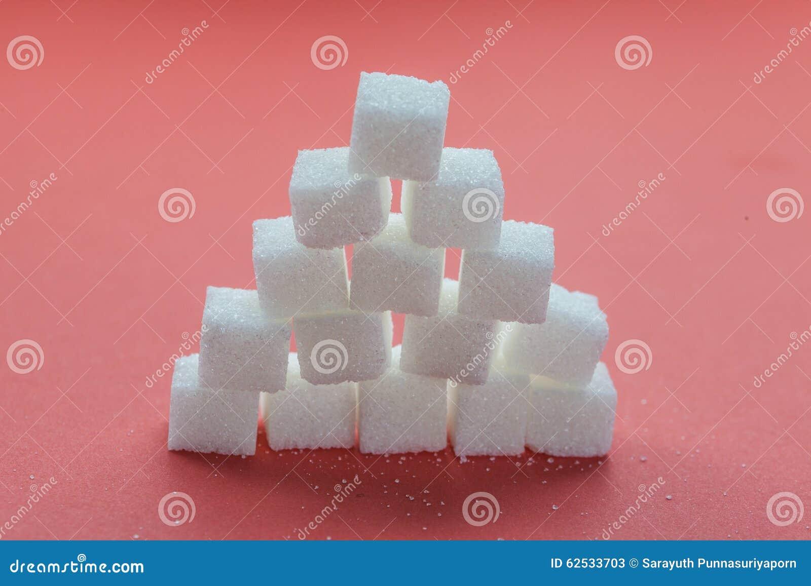 堆糖求堆积在红色背景的立方
