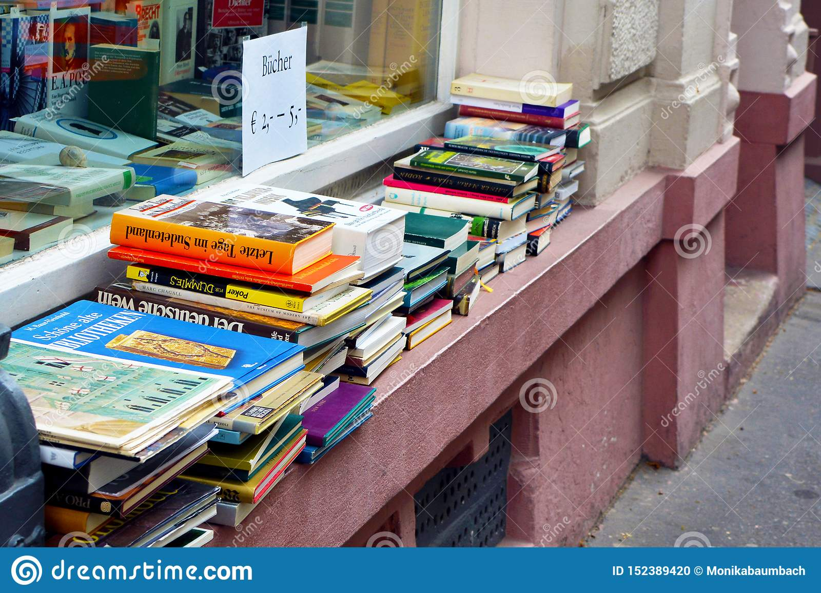 堆老使用的书在使用的物品商店窗台的待售