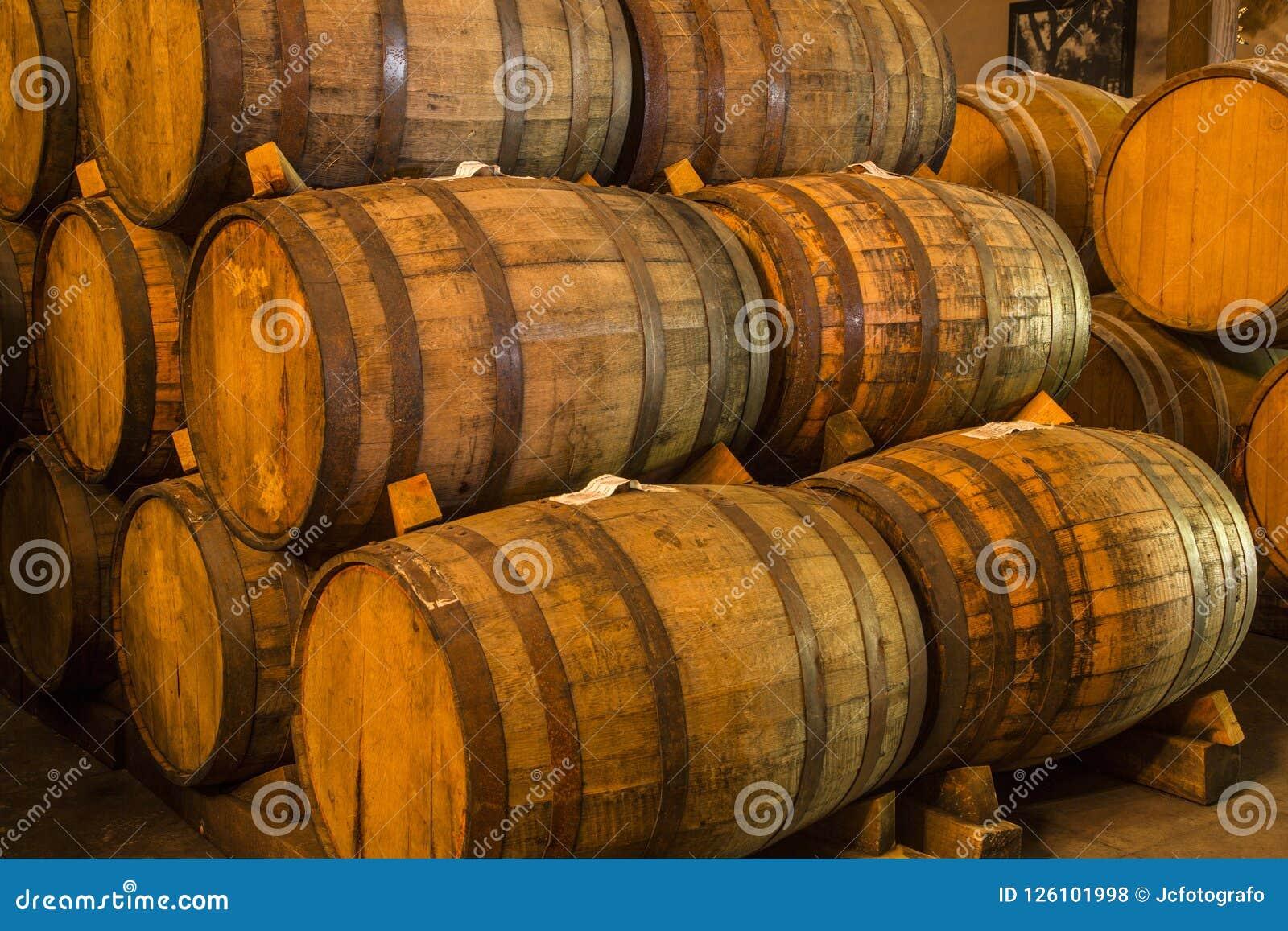 堆葡萄酒桶