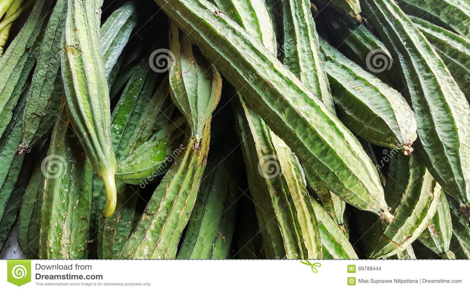 堆里奇金瓜在菜市场上