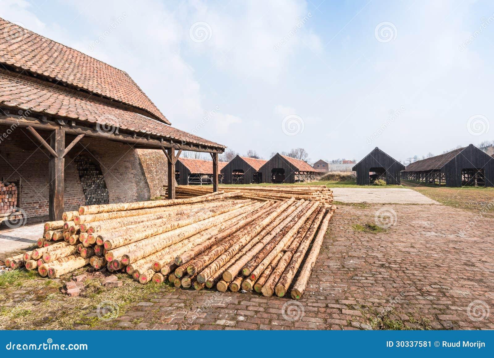 堆建筑的被剥皮的松木