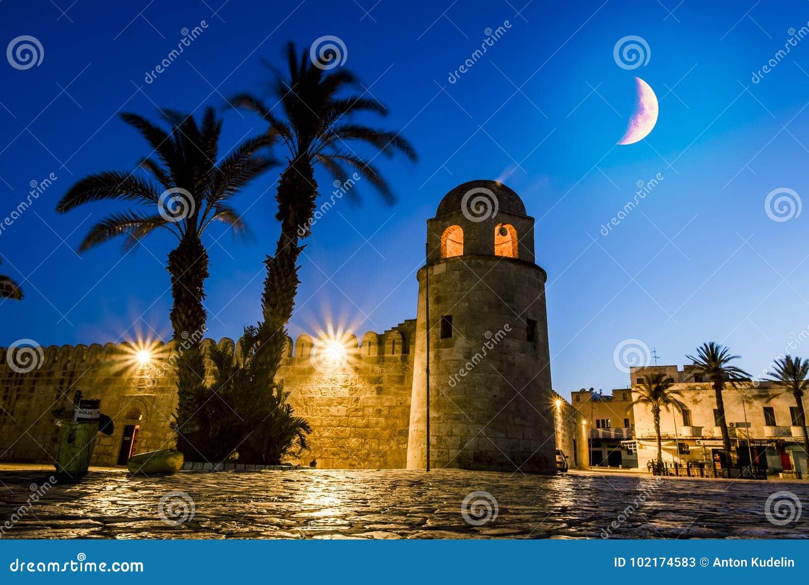 堡垒Ribat在麦地那苏斯在被月光照亮夜