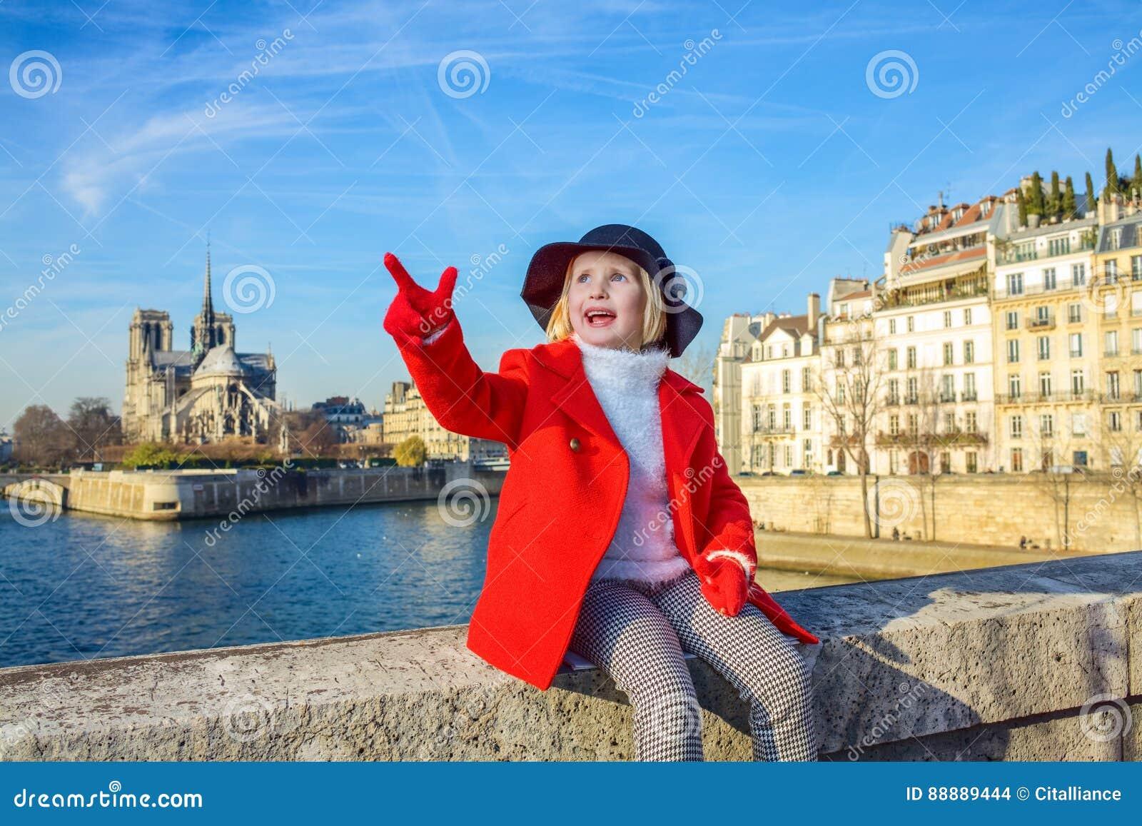 堤防的孩子在巴黎圣母院附近在巴黎,法国