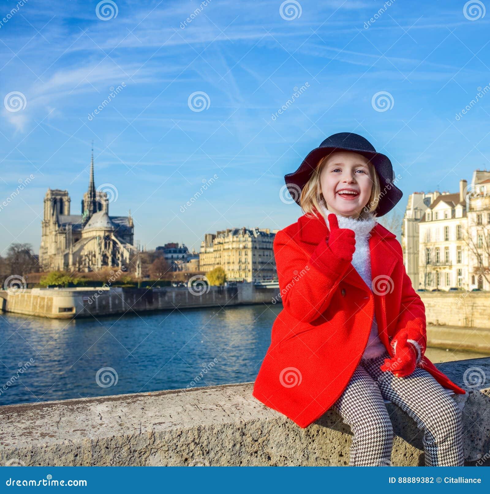 堤防的微笑的孩子在巴黎,显示赞许的法国