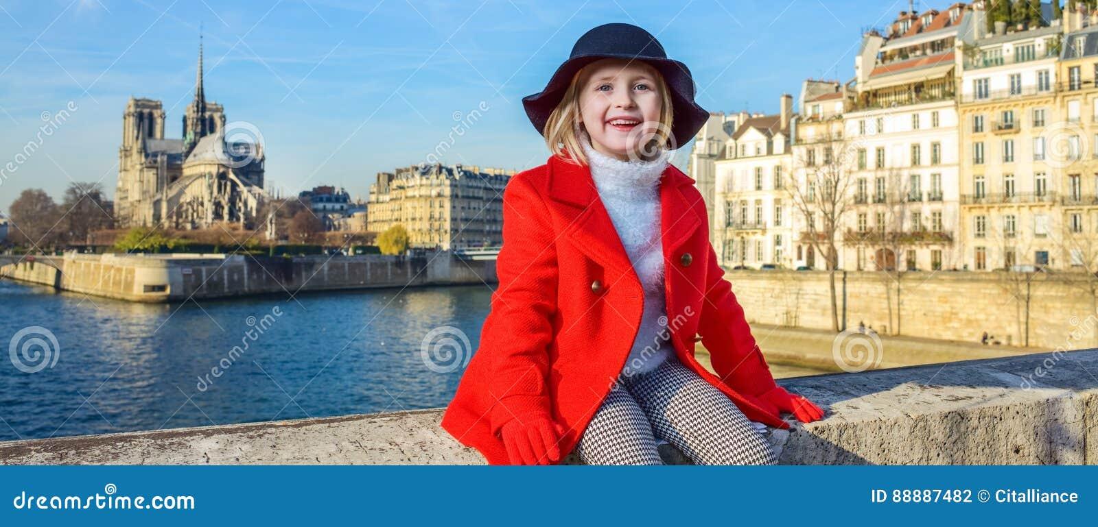 堤防的愉快的现代孩子在巴黎,法国放松