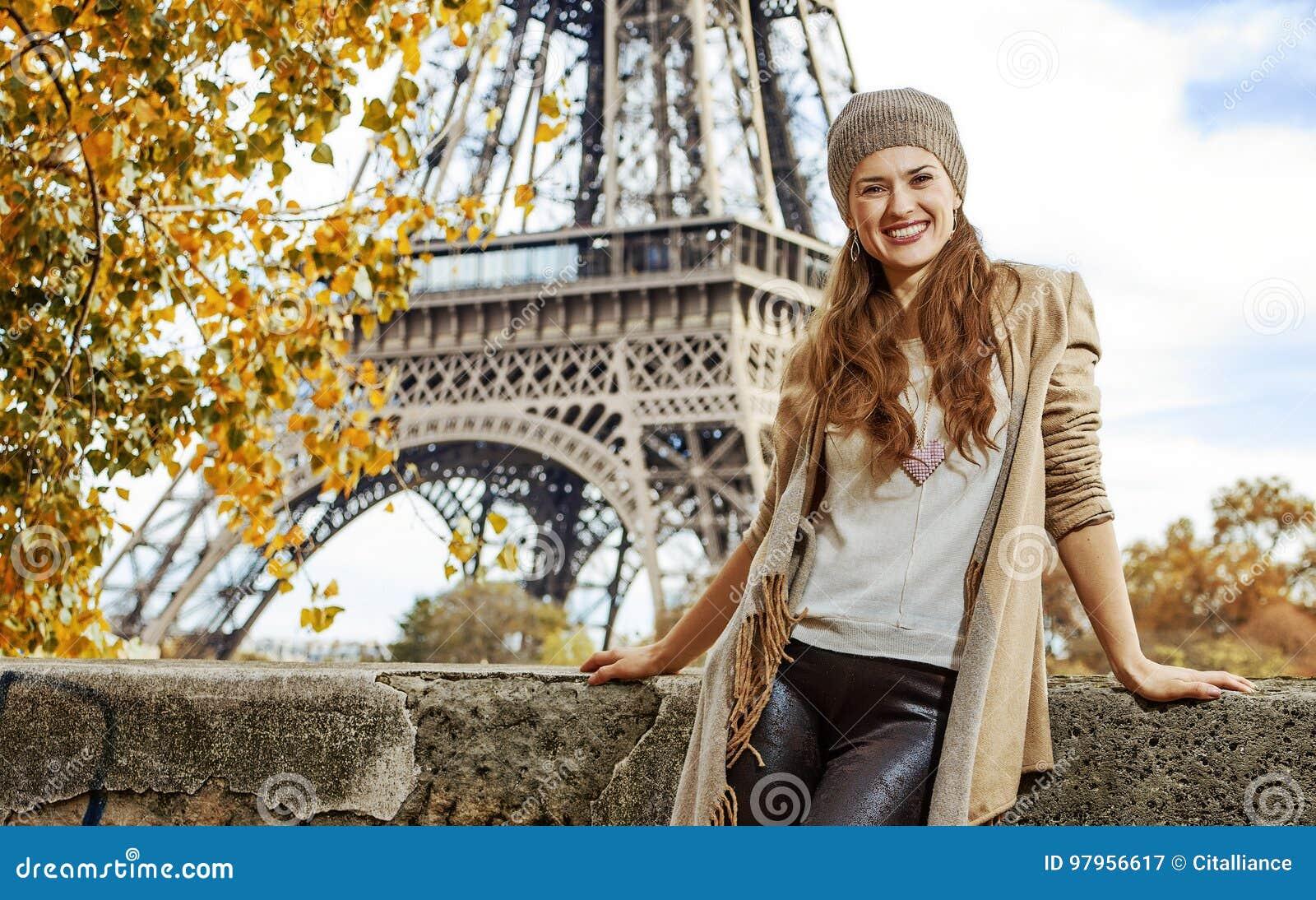 堤防的旅游妇女在埃佛尔铁塔附近在巴黎,法国