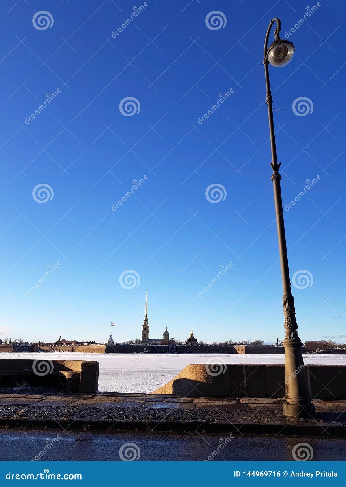 堤防的看法在圣彼德堡彼得和保罗堡垒的在一个晴朗的晴天