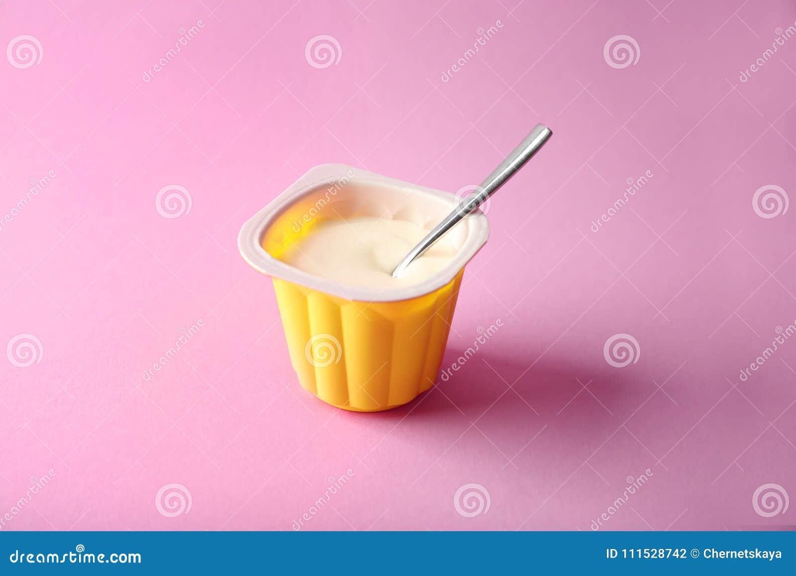 塑料杯子用美味的酸奶