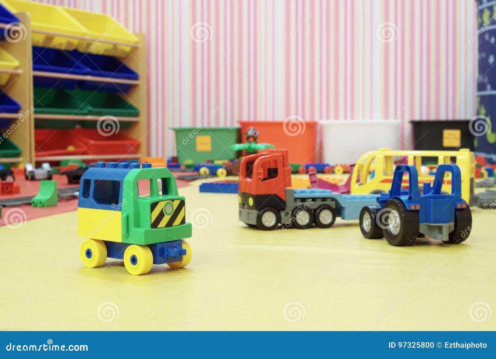 塑料汽车玩具在孩子的屋子里