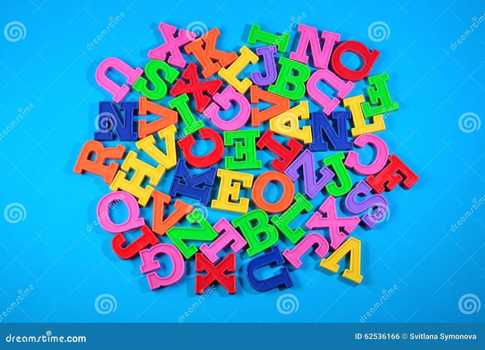 塑料色的字母表信件堆