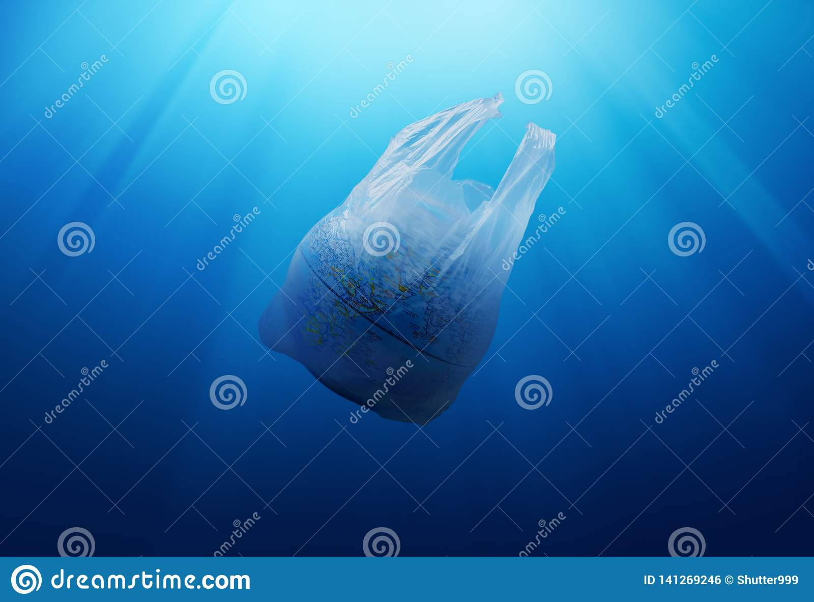 塑料袋与地球模型的环境污染