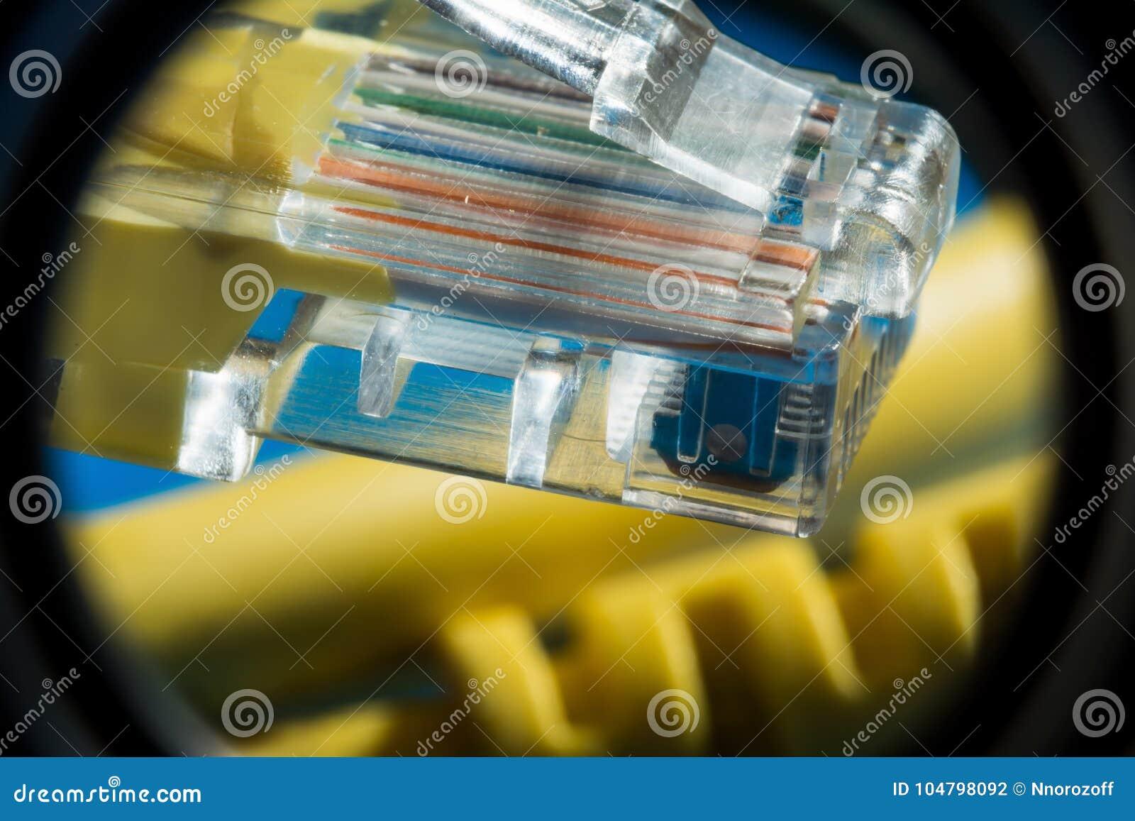 塑料连接器和黄色电缆类型连接的与计算机网络,宏观抽象背景双铰线